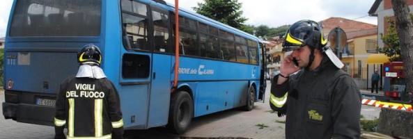 CEDE L'ASFALTO, BUS SPROFONDA IN BUCA