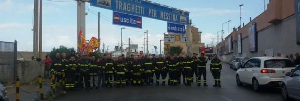 PROTESTA VIGILI DEL FUOCO: BLOCCATI IMBARCHI PER LA SICILIA.