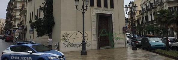 RC: IMBRATTAMENTO DEL PORTONE DELLA CHIESA DI PIAZZA CARMINE, GIOVANE DENUNCIATO