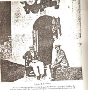 1901 i GENITORI DI GIUSEPPE MUSOLINO  IL BRIGANTE SEDUTO IL PADRE SULL MURETTO LO ZIO GAETANO FILASTO SULL USCIO DI CASA LA MADRE MARIANGELA FILASTO