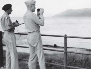 Eisenhower y Montgomery observan la costa de Calabria desde la ciudad siciliana de Messina
