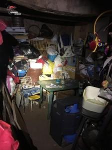 Ha segregato per dieci anni convivente sottoponendola ad ogni forma di violenza e costretto i figli a vivere in una baracca senza luce e servizi igienici l'uomo fermato dai carabinieri a Gizzeria Lido.