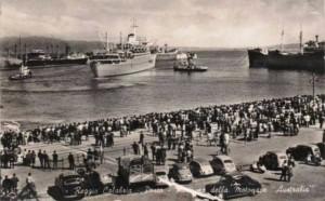 La partenza della motonave Australia piena di emigranti che partivano per l'Australia